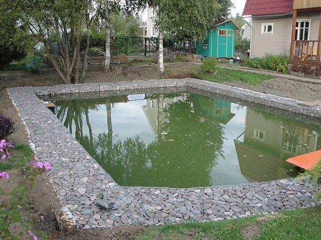 Габионы у пруда на даче