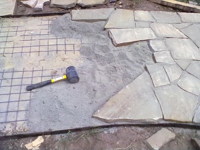Укладка камня для дорожки