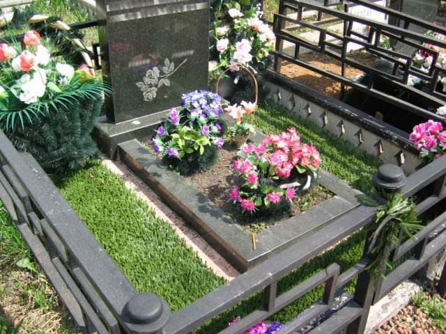 Как положить цветник правильно на могилку?
