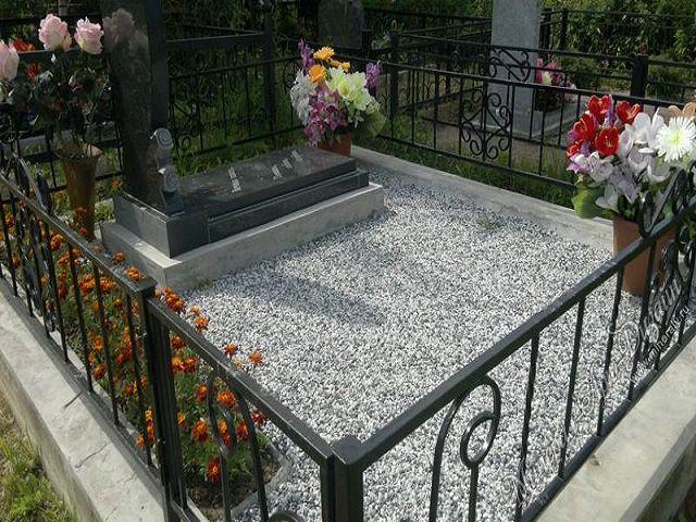 Цветник из мраморной крошки на кладбище памятники в минске недорого йоркширский терьербез