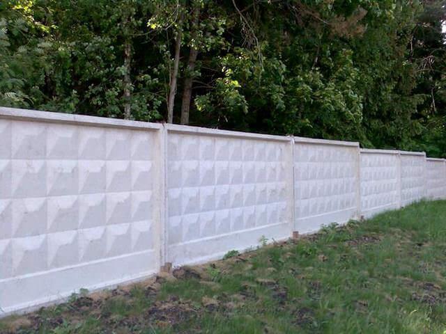 Глухой дачный забор из бетона