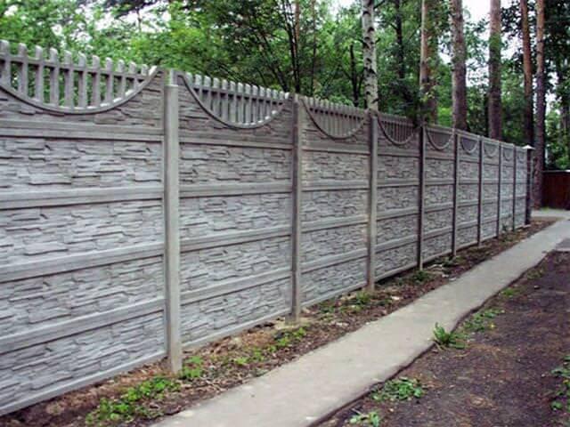 Высокий забор из бетона