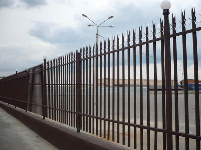 Забор металичисктй