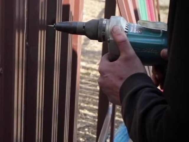 Монтаж ограждения из металлического штакетника